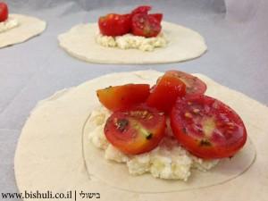 מאפה גבינה עם עגבניות שרי - הוספת העגבניות
