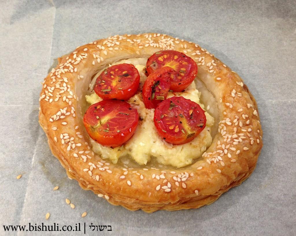 מאפה גבינה עם עגבניות שרי - חם מהתנור