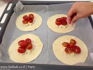 מאפה גבינה עם עגבניות שרי - פיזור סומסום
