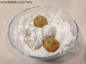 ציפוי העוגיות באבקת סוכר