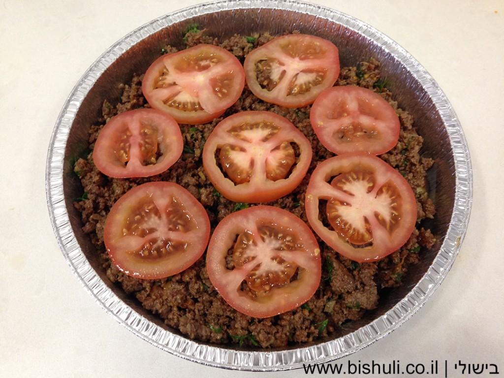 לזניה בשר וחצילים - סידור שכבות הבשר והעגבניות בפעם השניה
