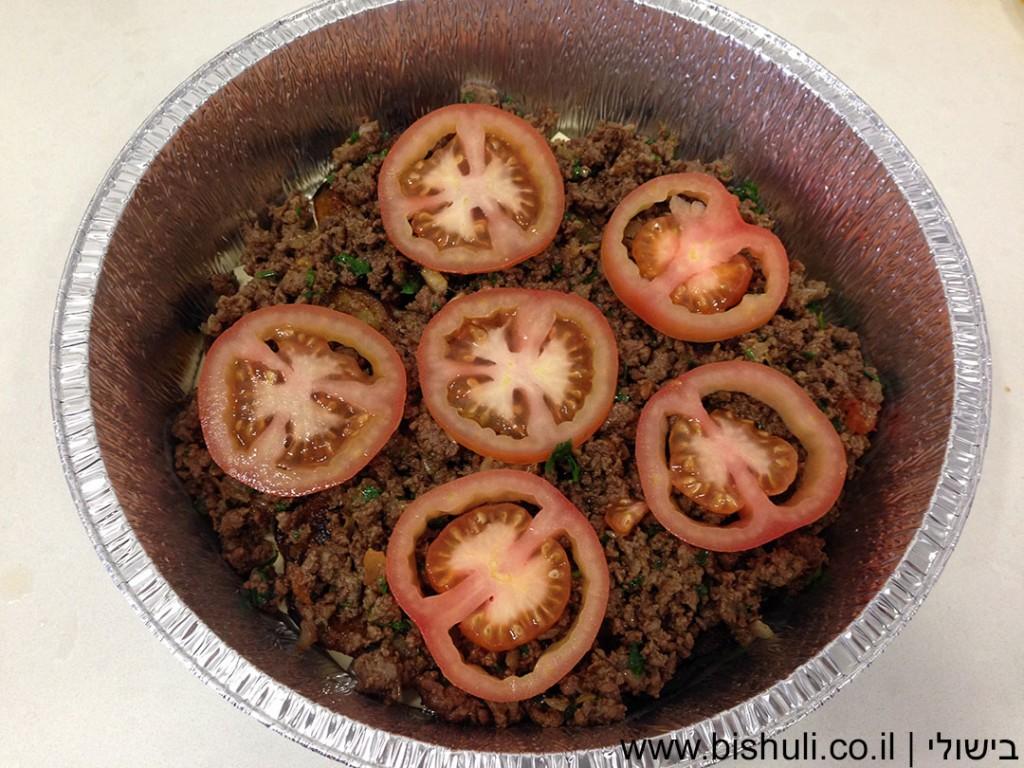 לזניה בשר וחצילים - סידור שכבת העגבניות