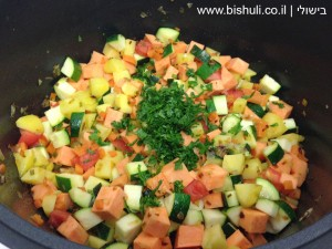 מרק ירקות - הוספת הירקות למרק