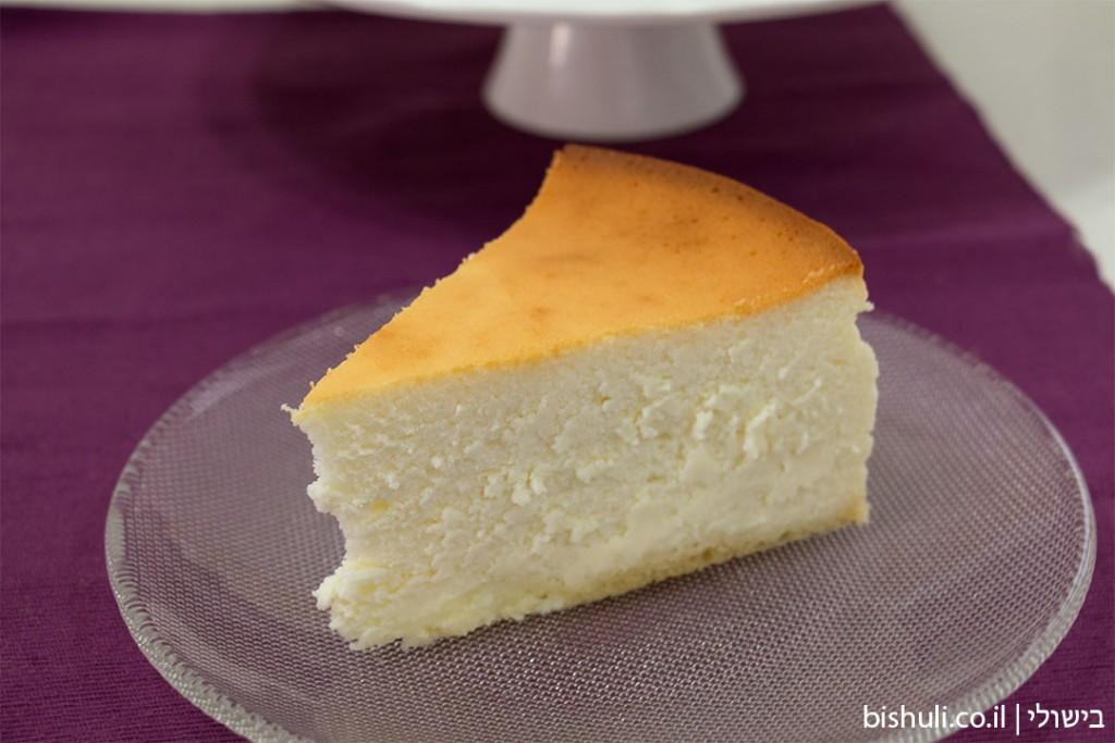 פרוסה של עוגת גבינה אפויה