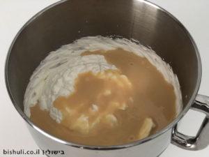 ערבוב הקצפת עם החלב המרוכז